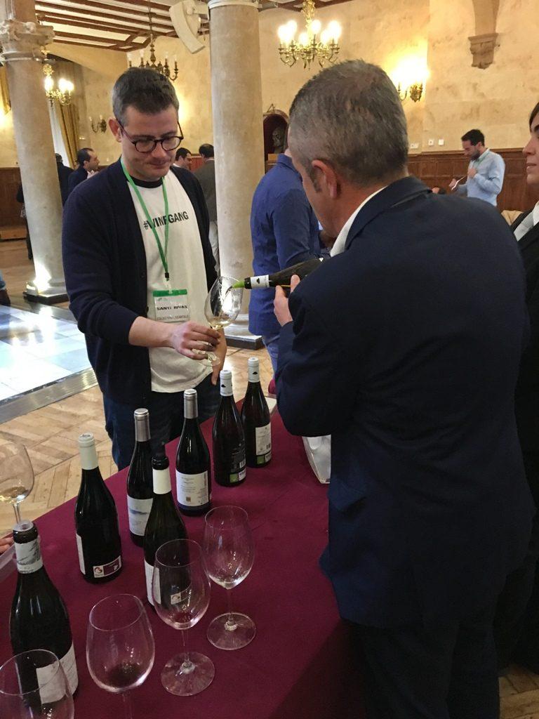 Santi Rivas catando los vinos de Ribeiro de Auténticos Viñadores