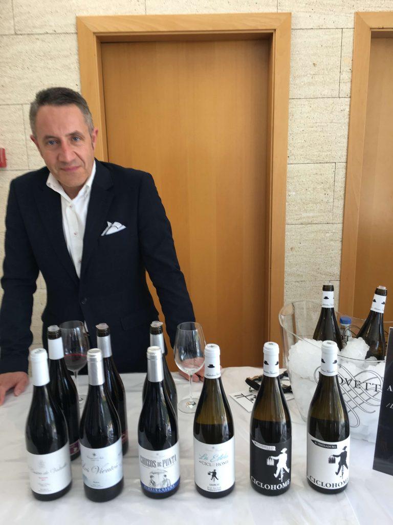 Luis Miguel Fernández con todo el catálogo de vinos de Auténticos Viñadores