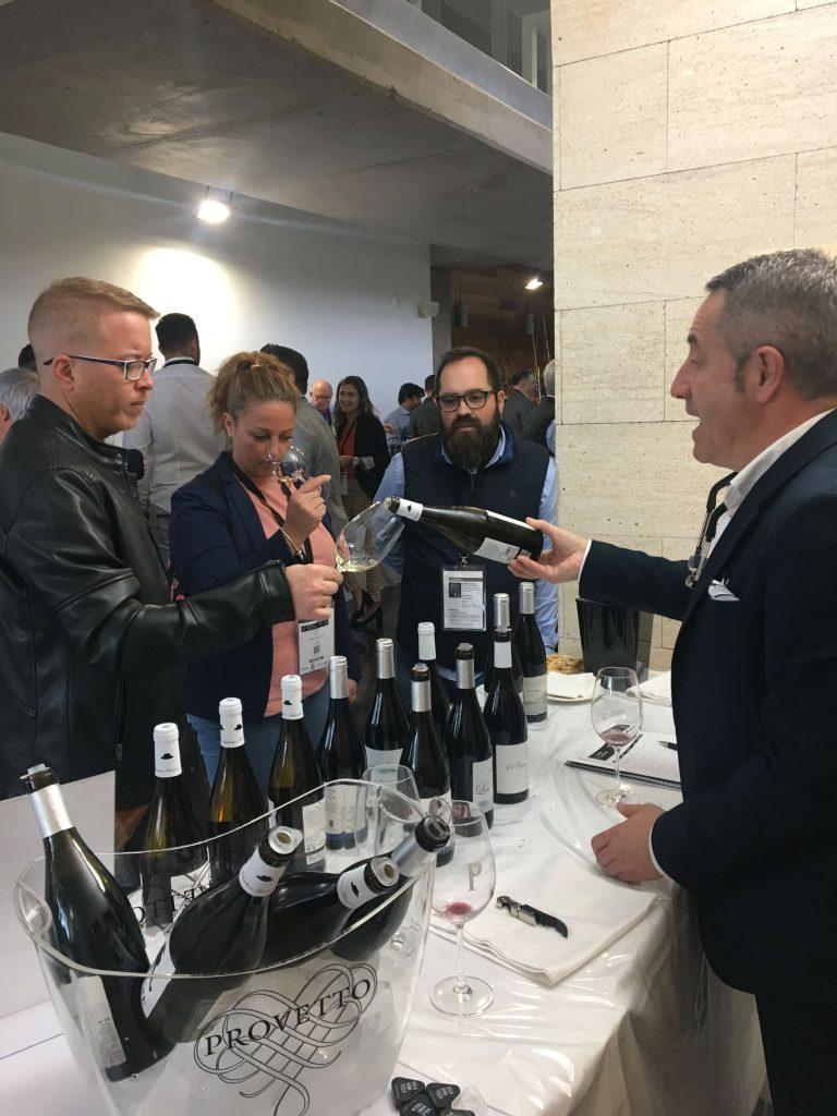 Clientes catando nuestros vinos