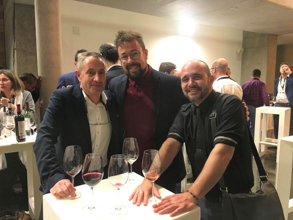 Luis Miguel con Fernándo Mora, Master of Wine (centro) y un compañero de otra bodega