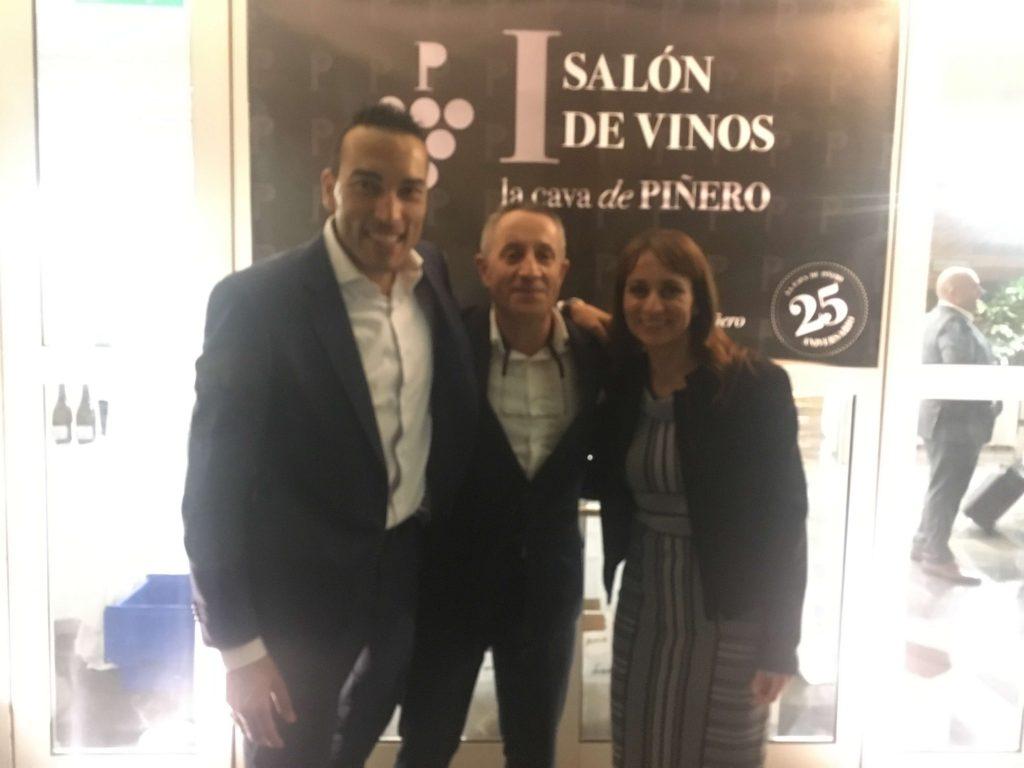 Luis Miguel con los anfitriones, Raúl y Marta Piñero