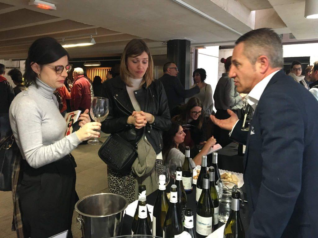 Sara Martín, responsable de producto de Lavinia, con una de las sumilleres de la famosa vinoteca de Madrid