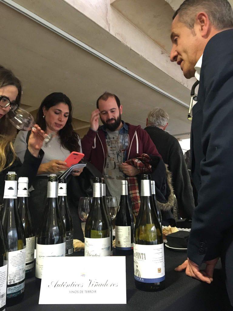 Asistentes profesionales catando nuestros vinos