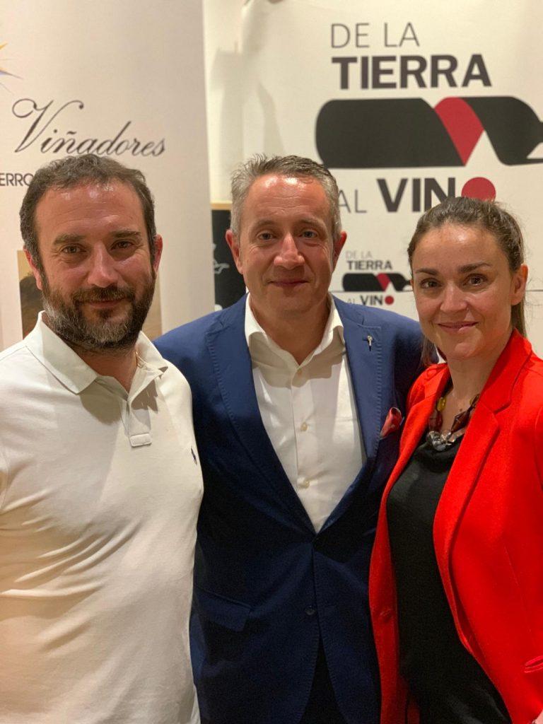Luis Miguel Fernandez con los propietarios de la vinoteca De la Tierra al Vino