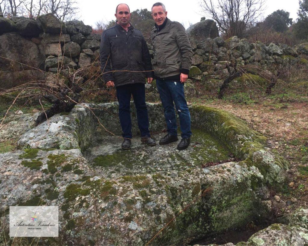 Luis Miguel y José Carlos en uno de los lagares rupestres que se encuentra entre las viñas